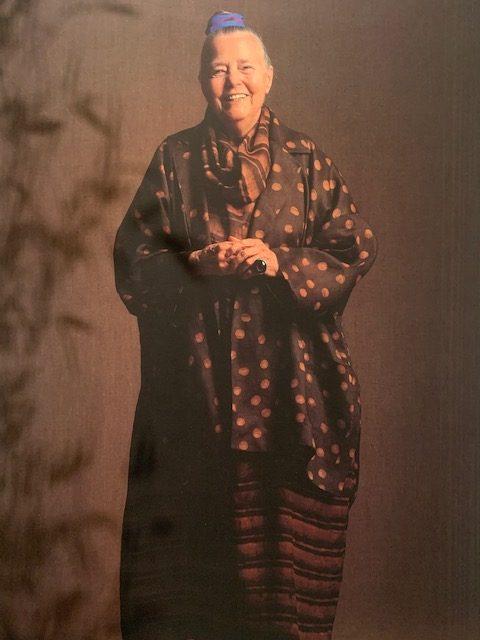 Charlotte Perriand habillée d'une création de la collection Issey Miyake Permanente, 1988